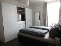 Schlafzimmer mit Flachbildschirm - Bild 9: EG FEWO in Göhren 200m zum Strand, Terrasse, WLAN!!