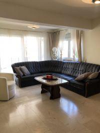 """Wohnzimmer mit großer Couch sowie einem Fernseher - Bild 12: Ferienhaus """"Villa Malinska"""" mit Meerblick auf der Insel Krk"""